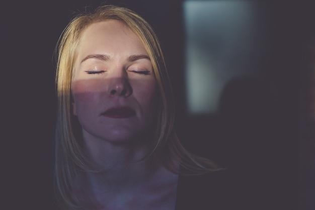 Женщина закрыла глаза и минтай в тени