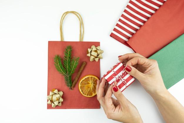 크리스마스와 연말 연시 선물 상자를 장식하는 여성