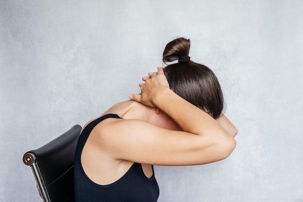 목을 위한 맥켄지법 운동, 목 통증 완화 운동을 하는 여성