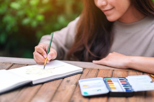 水彩で描いたり描いたりする女性