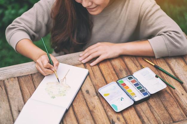 수채화로 그림을 그리는 여성