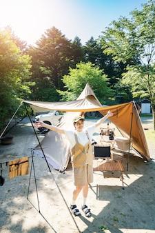 晴れた日にソロキャンプを楽しむ女性