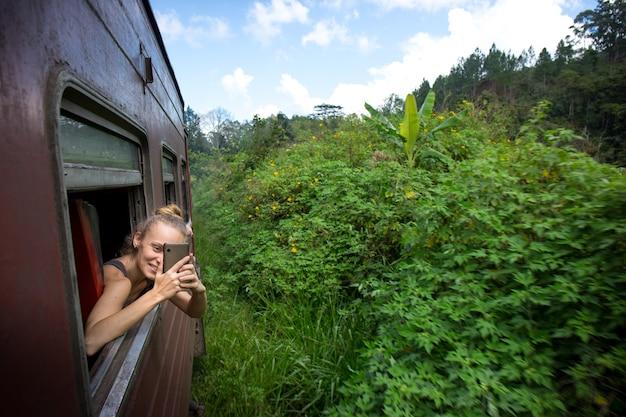 스리랑카에서 기차를 타고 여행하는 자연을 즐기는 여성