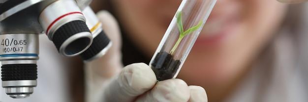 女性が毒素による土壌汚染を評価する