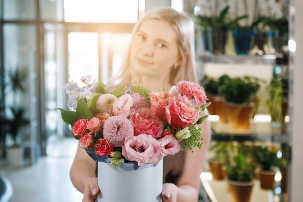 여성 플로리스트가 꽃다발을 수집합니다.