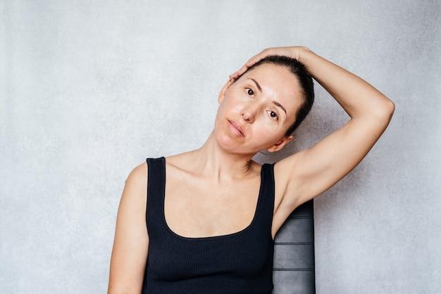 목에 mckenzie 방법 운동, 목 통증 완화 운동을 하는 동안 여성이 부드럽게 머리를 당깁니다