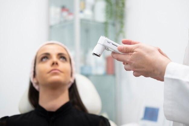 Женщина, получающая уход за лицом и красотой в клинике красоты