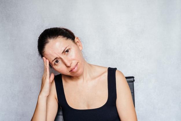 두통을 이기기 위해 두통 운동을 하는 여성