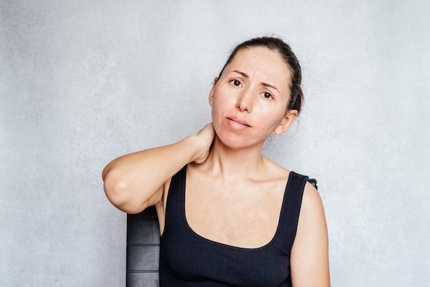 목에 통증이 있거나 뻣뻣한 여성, 목 통증을 완화하는 가장 빠른 방법