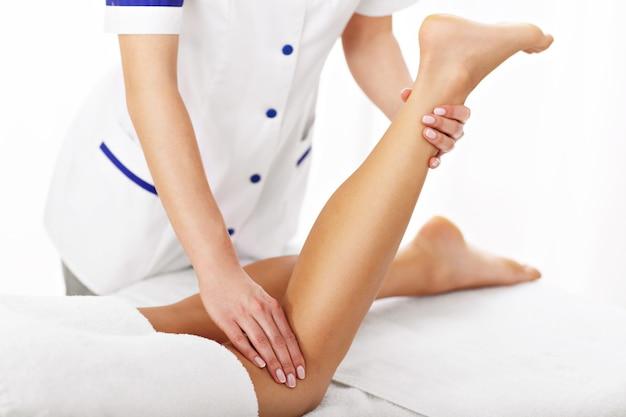 전문 다리 치료를받는 여성