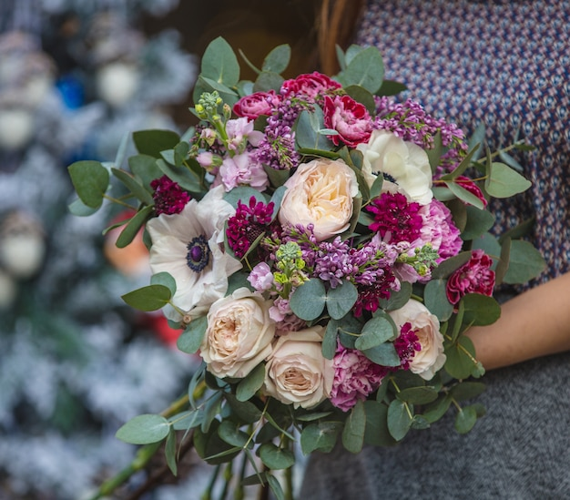 분홍색과 흰색 꽃의 꽃다발을 들고 여자 손에 설정