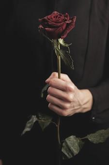 赤いバラを持った女性