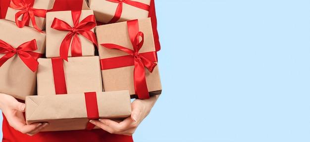 여자는 그녀의 손 판매 개념에 많은 선물 상자를 보유