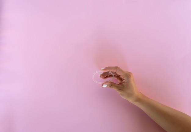 피임 목적으로 손에 질 반지를 들고 있는 여성