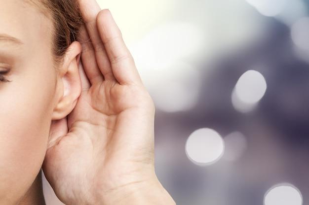 女性が耳元で手を握り、何かを聞いている