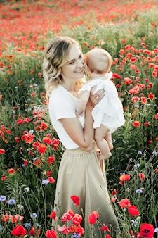 女性は赤ん坊を抱えて笑顔