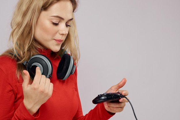 3dメガネをかけた女性がコンソールでコンピューターゲームを、ヘッドフォンでジョイスティックを使ってプレイする