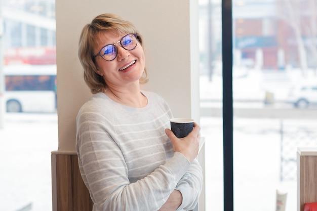 Женщина в кафе, работающая на ноутбуке, концепция бизнеса и удаленной работы