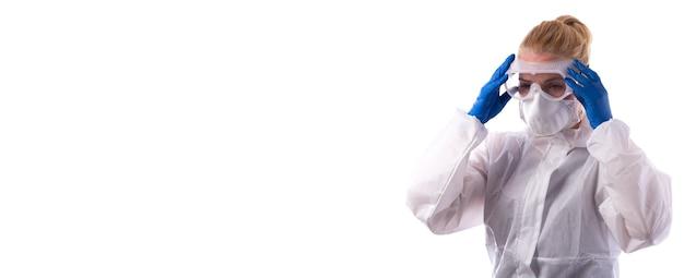 化学防護服を着た女性がゴーグルと通常の装備を着用します。白い背景で隔離。