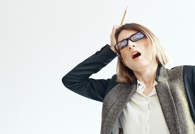 明るい背景のビジネス財務責任者の手に鉛筆を持ったスーツを着た女性