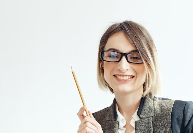 안경에 여자와 그녀의 손에 사무 용품과 흰색 정장. 고품질 사진