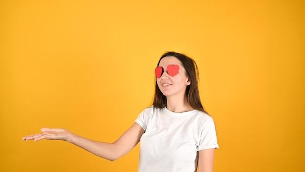 Влюбленная женщина показывает жесты руками