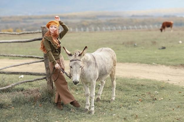ロバ農場の田園風景の女性