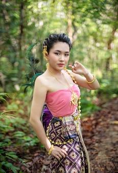 Женщина в традиционном азиатском костюме