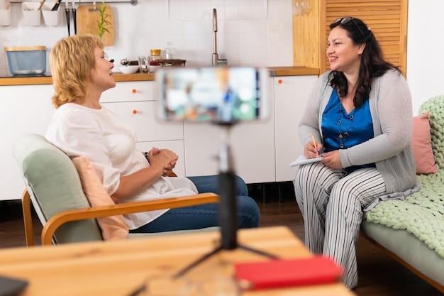 Женщина берет интервью у блогера