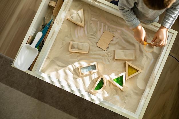 여자가 흰색 작업장을 정리하고 있는 금색 문구 보관 방법