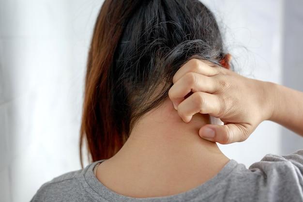 У женщины кожный зуд, у нее аллергия на пыль.