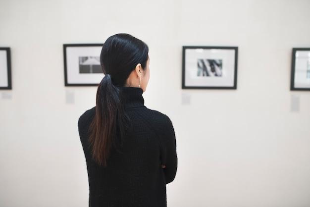 Женщина присоединяется к художественной выставке