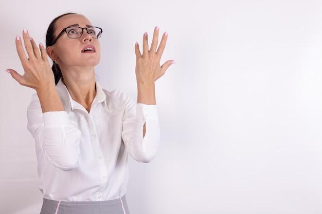 女性が見上げている一瞥は憤慨と不満について話します