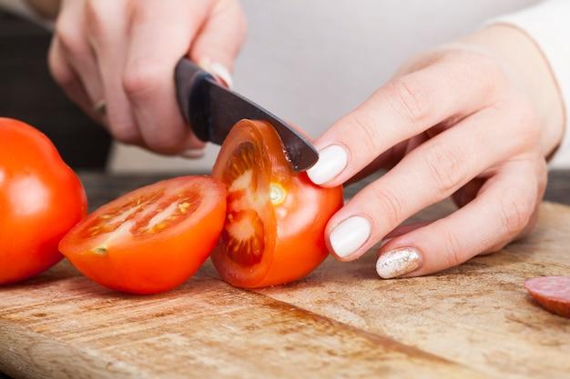 여성은 직장이나 공부 전 아침에 집에서 준비되며, 음식은 산업 제품, 소시지, 토마토 및 빵으로 준비됩니다.
