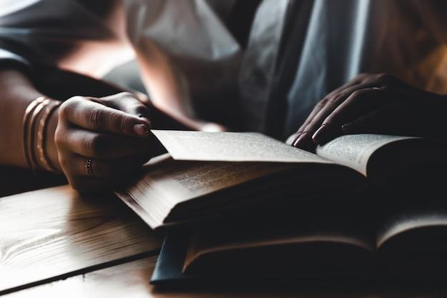 한 여자가 책을 읽고 있습니다. 교육, 훈련, 학습, 취미. 매니큐어