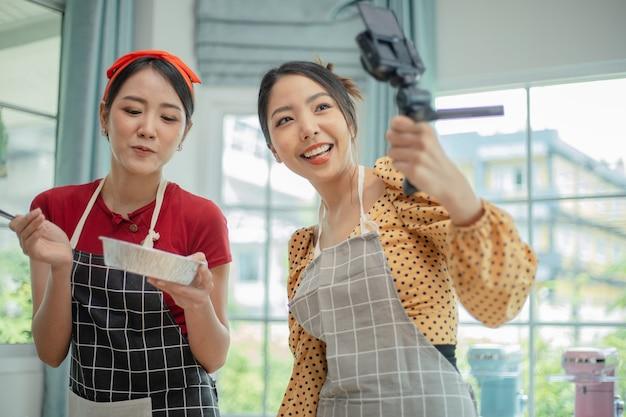 Женщина показывает своей подруге хлеб, который она приготовила.