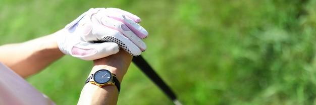 한 여자가 골프 코스에 서서 골프 클럽을 들고 있습니다. 권위있는 프로 스포츠