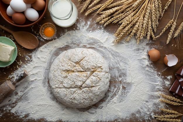 Женщина замешивает тесто для пасхального хлеба.