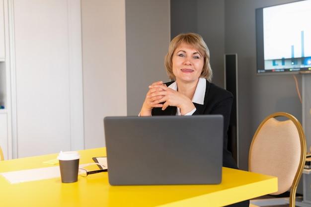 한 여성이 회의, 교육을 이끕니다. 사무실에서 비즈니스 센터에 있는 중년 여성.