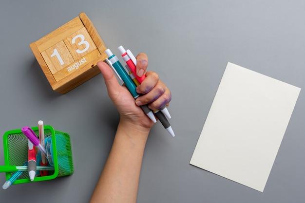 Женщина левой рукой с ручкой. концепция дня левой руки.