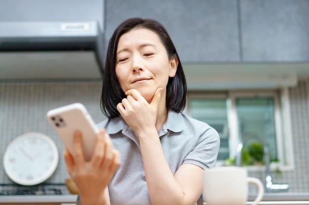 스트레스 표정으로 스마트 폰을 보는 여성