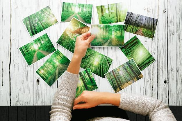 写真を見ている女性は、森の中を歩いて休む一日の懐かしさを思い出してください。春の写真