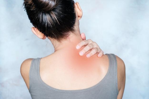 여자가 그녀의 어깨와 목 통증 포인트 트리거 포인트를 마사지
