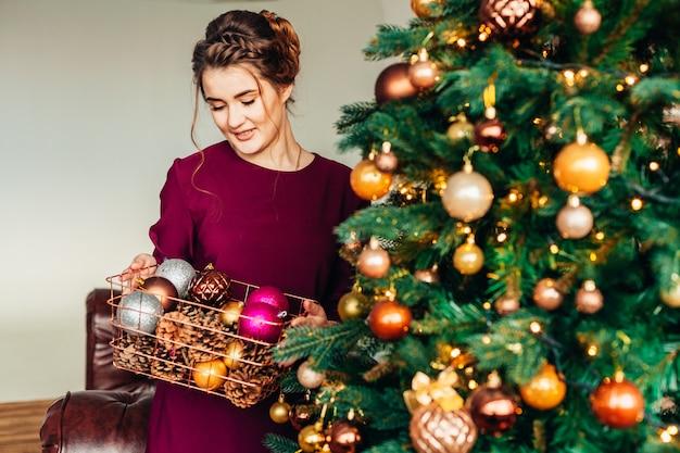 クリスマスツリーの近くの女性