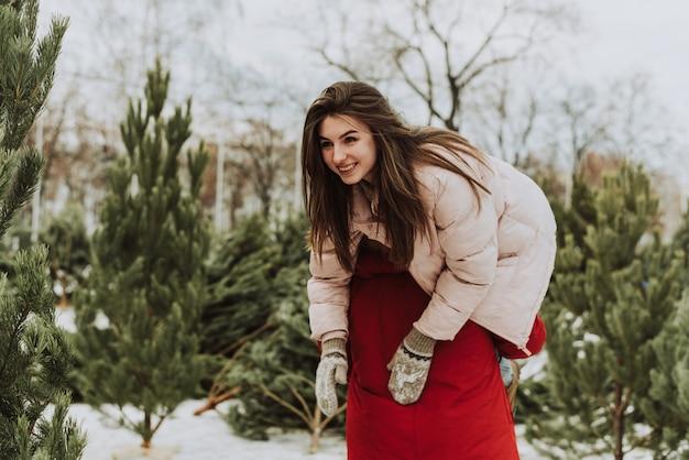 男性の肩に乗った女性。クリスマス、新年、愛のコンセプト。
