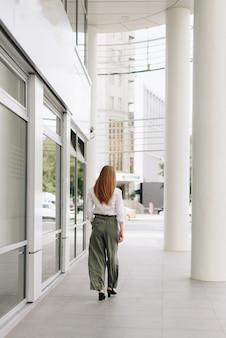 街の表面にいる女性