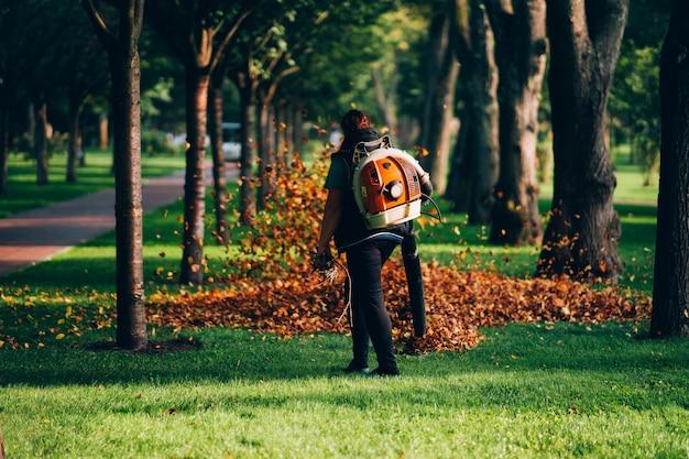 중장비 잎 송풍기를 운영하는 여성