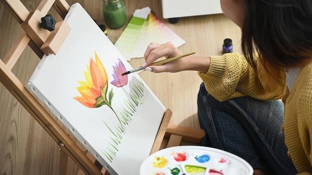 彼女のスタジオで絵を描く女性画家