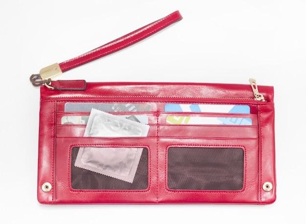 지갑에서 콘돔을 꺼내는 여성