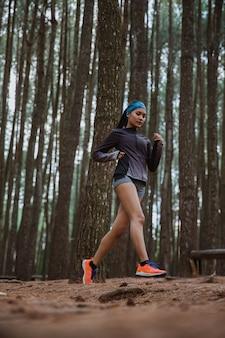 Женщина побежала в лес